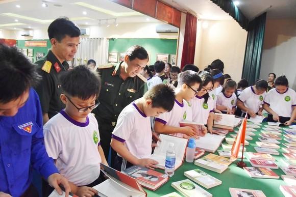 """Triển lãm ảnh """"Lực lượng vũng trang Quân khu 7 – 50 năm thực hiện Di chúc của Chủ tịch Hồ Chí Minh"""" ảnh 6"""