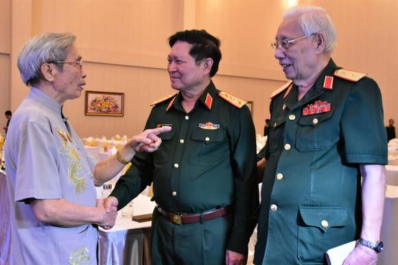 Đại tướng Ngô Xuân Lịch, Ủy viên Bộ Chính trị, Phó Bí thư Quân ủy Trung ương, Bộ trưởng Bộ Quốc phòng  thăm hỏi các cựu tướng lĩnh Quân đội