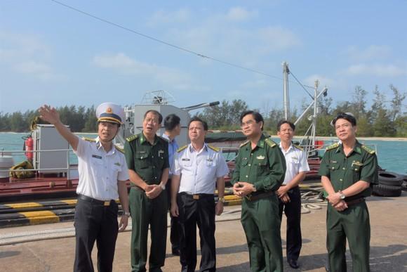 Đoàn đại biểu TPHCM thăm, chúc Tết cán bộ, chiến sĩ trên Vùng biển Tây Nam Tổ quốc ảnh 4