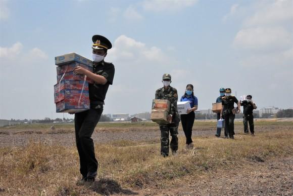 Quân khu 7 thăm hỏi, tặng quà lực lượng phòng dịch tuyến biên giới ảnh 9