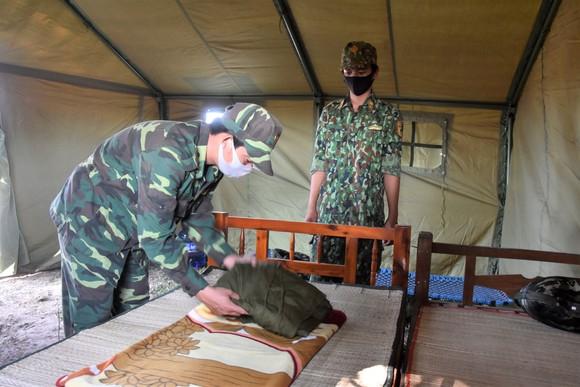 Quân khu 7 thăm hỏi, tặng quà lực lượng phòng dịch tuyến biên giới ảnh 10