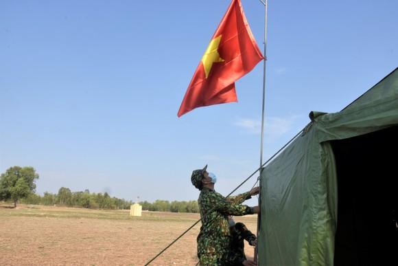 Quân khu 7 thăm hỏi, tặng quà lực lượng phòng dịch tuyến biên giới ảnh 2