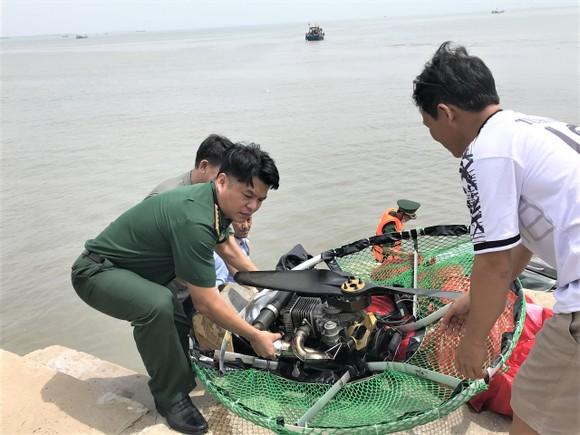 Thành viên Liên đoàn Dù lượn bất ngờ rơi xuống biển Cần Giờ tại Lễ hội Nghinh Ông ảnh 2