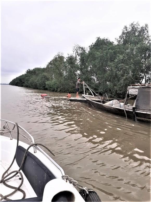 Ghe chìm trên sông Soài Rạp, 2 ngư dân bám can nhựa kêu cứu ảnh 2