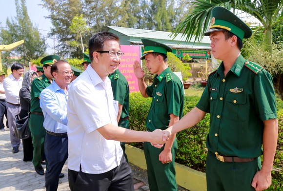 Lãnh đạo TPHCM thăm, chúc tết bộ đội biên phòng và ngư dân huyện Cần Giờ ảnh 2