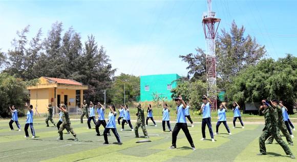 Thành viên CLB cùng biểu diễn võ thuật với cán bộ chiến sĩ Đồn biên phòng Thạnh An