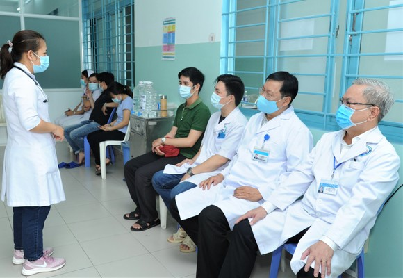 Nhân viên y tế bệnh viện ngoại thành được tiêm chủng vaccine ngừa Covid-19 ảnh 1