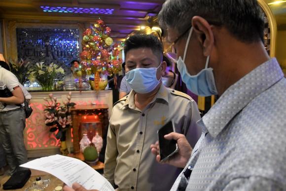 Kiểm tra đột xuất, lãnh đạo TPHCM phát hiện người đang cách ly... trong nhà hàng ảnh 4