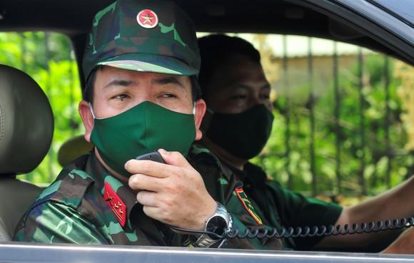 Quân đội phun khử khuẩn tại phường Thạnh Lộc, quận 12 ảnh 2