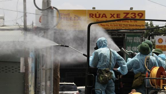 Quân đội phun khử khuẩn tại phường Thạnh Lộc, quận 12 ảnh 6
