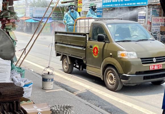 Quân đội phun khử khuẩn tại phường Thạnh Lộc, quận 12 ảnh 9