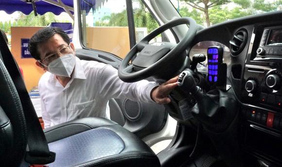 Bệnh viện quận Tân Phú được trao tặng 2 xe cứu thương hiện đại ảnh 3