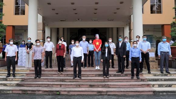 Bệnh viện quận Tân Phú được trao tặng 2 xe cứu thương hiện đại ảnh 7