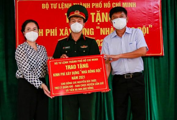 Trao kinh phí xây 'Nhà đồng đội' và tặng quà cho người dân trên ấp đảo Thiềng Liềng ảnh 5