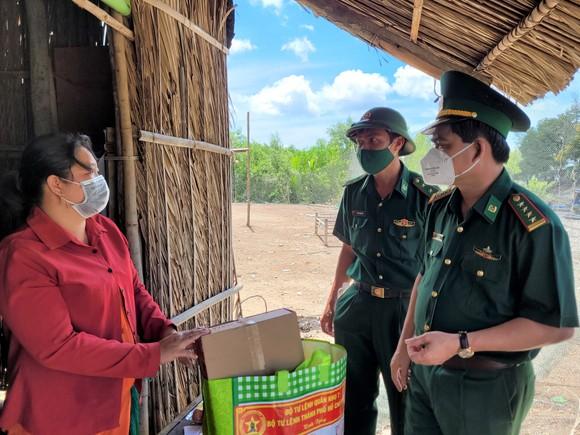 Trao kinh phí xây 'Nhà đồng đội' và tặng quà cho người dân trên ấp đảo Thiềng Liềng ảnh 2