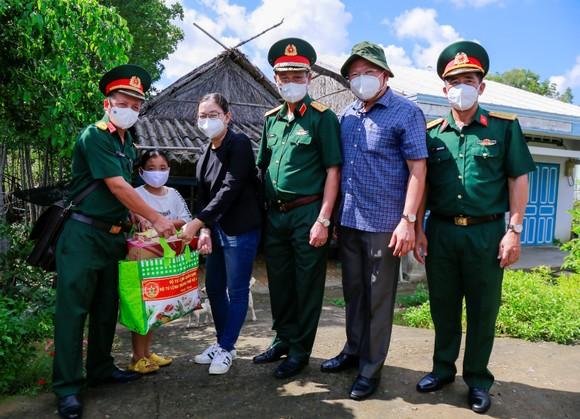 Trao kinh phí xây 'Nhà đồng đội' và tặng quà cho người dân trên ấp đảo Thiềng Liềng ảnh 4