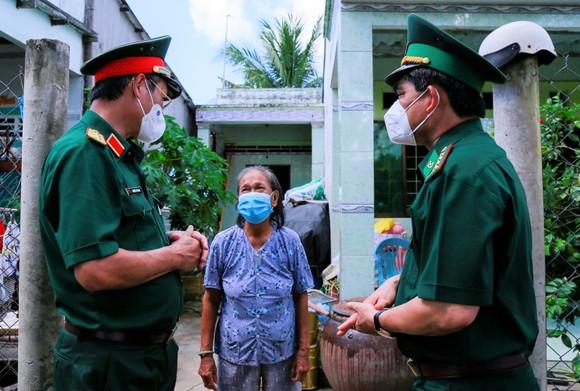 Trao kinh phí xây 'Nhà đồng đội' và tặng quà cho người dân trên ấp đảo Thiềng Liềng ảnh 1
