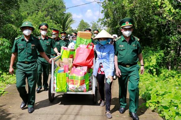 Trao kinh phí xây 'Nhà đồng đội' và tặng quà cho người dân trên ấp đảo Thiềng Liềng ảnh 3
