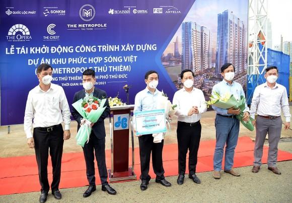 Phó Chủ tịch UBND TPHCM Lê Hòa Bình (bìa trái) và Chủ tịch TP Thủ Đức Hoàng Tùng (thứ 4 từ trái qua) chúc mừng chủ đầu tư và các nhà thầu