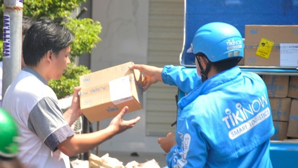 A shipper delivers goods to a customer. (Photo: SGGP)
