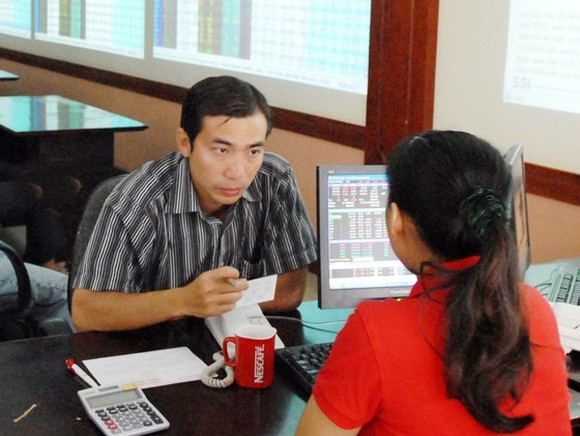 An individual investor is opening an account at a securities company. (Photo: SGGP)