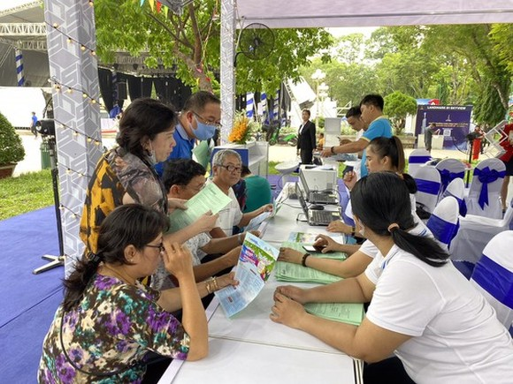 People learn about summer tours in Ho Chi Minh City. (Photo: SGGP)