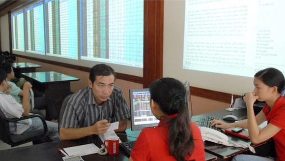 An individual investor opens a stock trading account at a securities company. (Photo: SGGP)