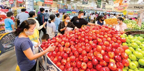 Customers go shopping at Emart supermarket in Go Vap District. (Photo: SGGP)
