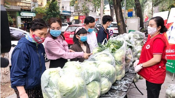 People in Hanoi buy agricultural products of Hai Duong Province. (Photo: SGGP)