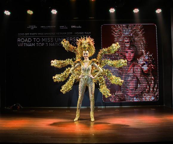 Café phin sữa đá là trang phục dân tộc của Hoàng Thùy tại Miss Universe 2019 ảnh 3