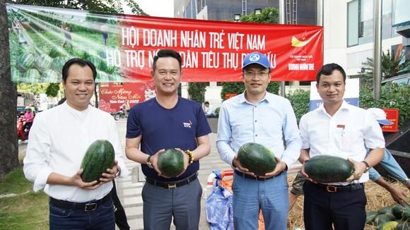 Hội Doanh nhân trẻ VN hỗ trợ tiêu thụ 40 tấn dưa hấu, thanh long cho bà con nông dân ảnh 2