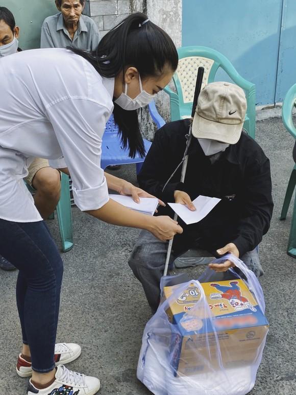Á hậu Kim Duyên ủng hộ 5 tấn gạo giúp người bán vé số có hoàn cảnh khó khăn ảnh 2