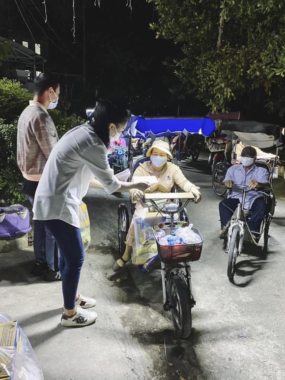 Á hậu Kim Duyên ủng hộ 5 tấn gạo giúp người bán vé số có hoàn cảnh khó khăn ảnh 3