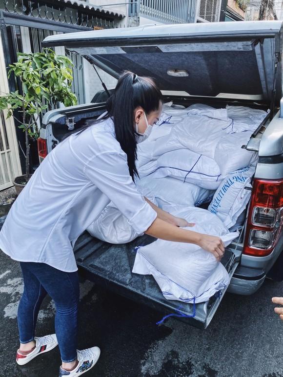Á hậu Kim Duyên ủng hộ 5 tấn gạo giúp người bán vé số có hoàn cảnh khó khăn ảnh 1