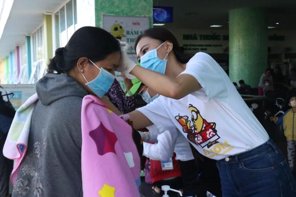 Á hậu Kim Duyên ủng hộ 5 tấn gạo giúp người bán vé số có hoàn cảnh khó khăn ảnh 5