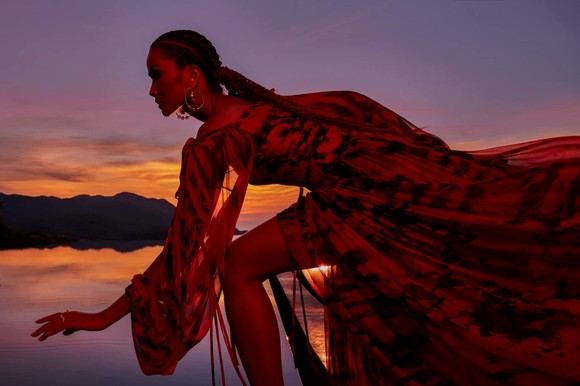 """Tiểu Vy hóa """"nàng thơ"""" tươi mới, tràn đầy năng lượng trong dự án """"Fashion Destination"""" của NTK Lê Thanh Hòa ảnh 16"""