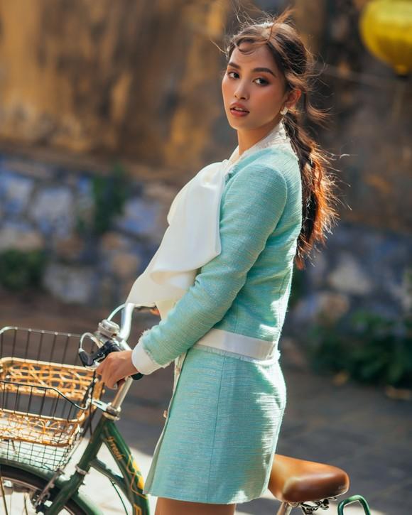 """Tiểu Vy hóa """"nàng thơ"""" tươi mới, tràn đầy năng lượng trong dự án """"Fashion Destination"""" của NTK Lê Thanh Hòa ảnh 3"""