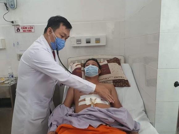 Bỏ qua các thủ tục, bác sĩ khẩn cấp cứu sống bệnh nhân bị đâm thủng tim ảnh 1