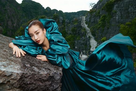 Lê Thanh Hòa giới thiệu bộ sưu tập thời trang mới kết hợp cùng Hoa hậu Đỗ Mỹ Linh  ảnh 11