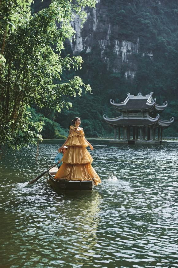 Lê Thanh Hòa giới thiệu bộ sưu tập thời trang mới kết hợp cùng Hoa hậu Đỗ Mỹ Linh  ảnh 15