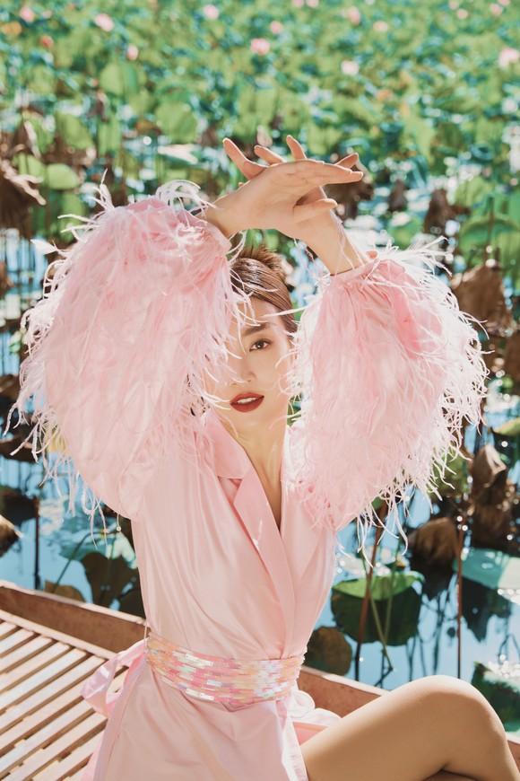 Lê Thanh Hòa giới thiệu bộ sưu tập thời trang mới kết hợp cùng Hoa hậu Đỗ Mỹ Linh  ảnh 4