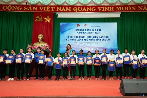 Hoa hậu H'Hen Niê trao tặng 3 hệ thống lọc nước cùng 225 suất học bổng ảnh 4