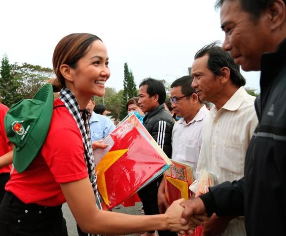Hoa hậu H'Hen Niê gửi gắm thông điệp yêu nước đến giới trẻ  ảnh 4