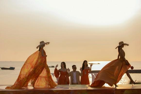 NTK Lê Thanh Hòa ra mắt BST thời trang mới 'Like The Sunshine' ảnh 1