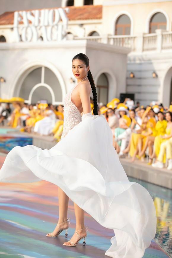 NTK Lê Thanh Hòa ra mắt BST thời trang mới 'Like The Sunshine' ảnh 4