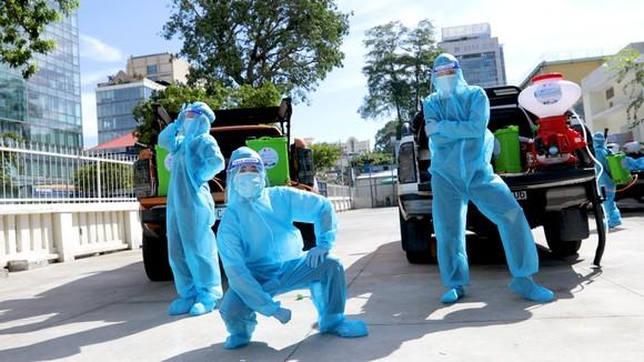 """Đội khử khuẩn di động phản ứng nhanh thực hiện ca khúc """"Giận Cô vi"""" cổ vũ tinh thần chống dịch ảnh 4"""