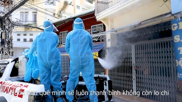 """Đội khử khuẩn di động phản ứng nhanh thực hiện ca khúc """"Giận Cô vi"""" cổ vũ tinh thần chống dịch ảnh 7"""