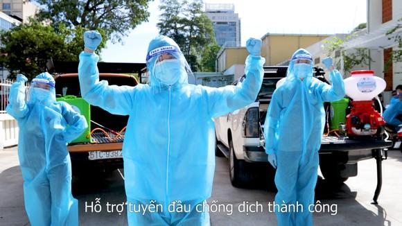 """Đội khử khuẩn di động phản ứng nhanh thực hiện ca khúc """"Giận Cô vi"""" cổ vũ tinh thần chống dịch ảnh 3"""