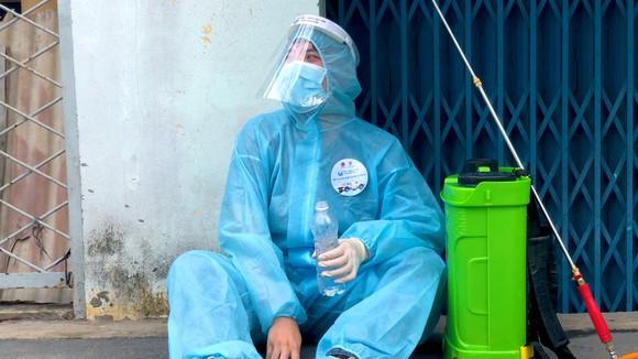 """Đội khử khuẩn di động phản ứng nhanh thực hiện ca khúc """"Giận Cô vi"""" cổ vũ tinh thần chống dịch ảnh 5"""