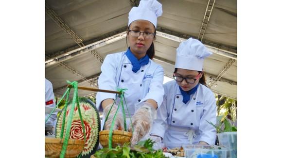 Đầu bếp trẻ trình bày món ăn tại ngày hội du lịch ở TPHCM